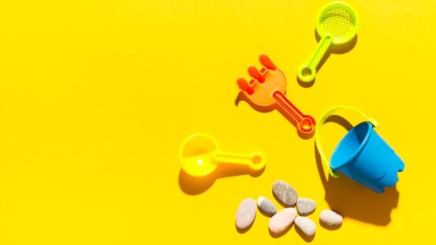 Brinquedos e pedras na superfície brilhante
