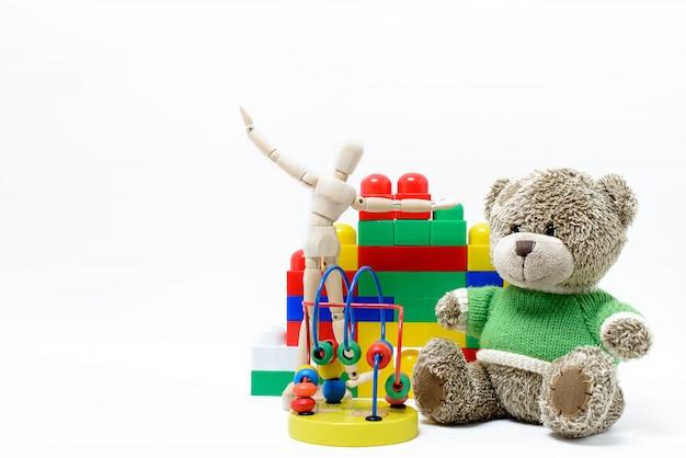 Brinquedos educativos coloridos para crianças em uma superfície branca