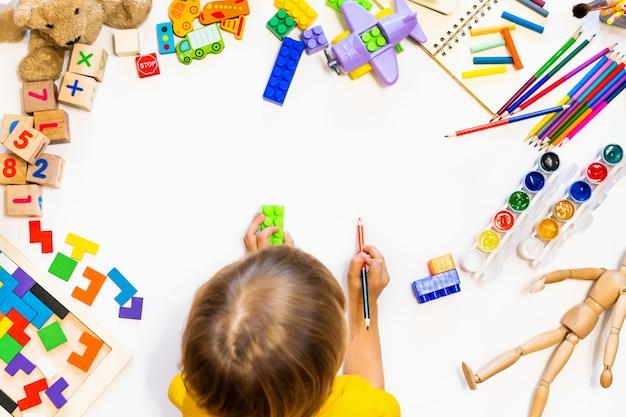 Brinquedos educativos para crianças em idade pré-escolar e jardim de infância