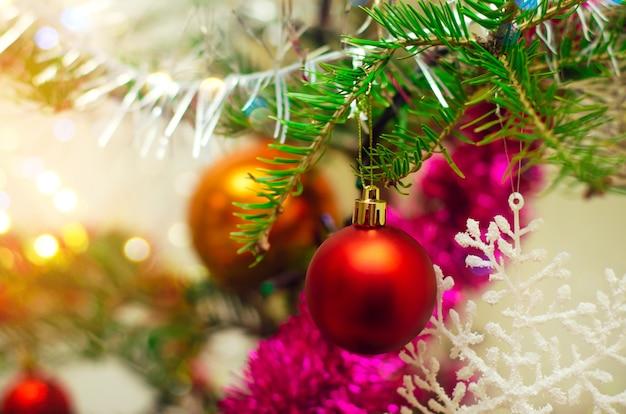 Brinquedos em uma árvore de natal, conceito de um feriado, natal