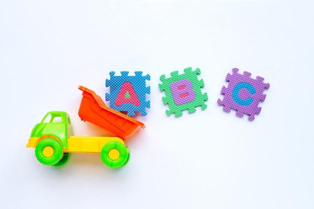 Brinquedos infantis coloridos com quebra-cabeça do alfabeto inglês conceito de educação