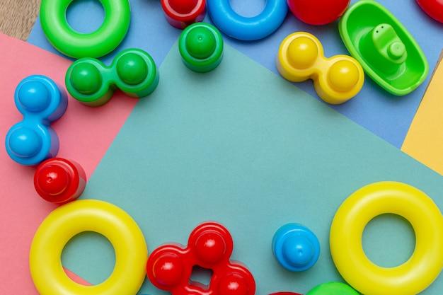 Brinquedos infantis coloridos de fundo com espaço de cópia