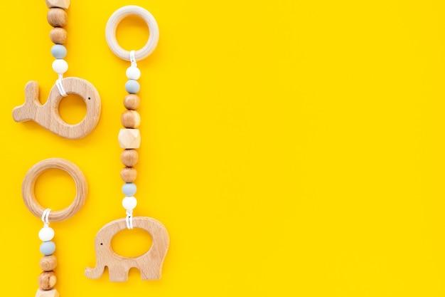 Brinquedos infantis de madeira ecológicos em um fundo amarelo brilhante