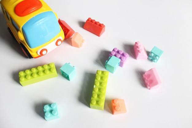 Brinquedos infantis de ônibus e tijolos