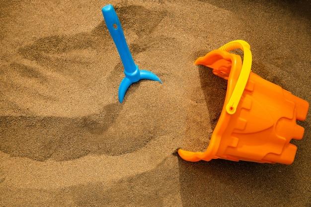 Brinquedos infantis de plástico na areia