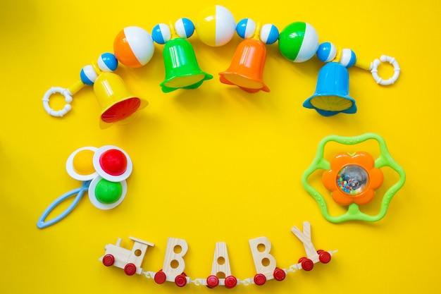 Brinquedos infantis para um bebê recém-nascido.