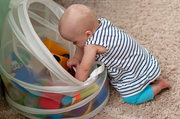 Brinquedos lógicos educacionais para crianças. uma criança recolhe uma pirâmide colorida. jogos montessori para o desenvolvimento da criança. desenvolvimento precoce