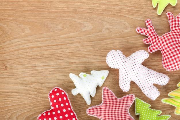 Brinquedos macios feitos à mão em mesa de madeira com espaço de cópia