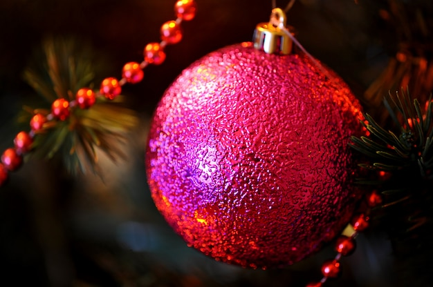 Brinquedos na árvore de natal