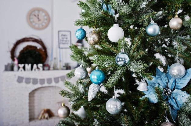 Brinquedos na árvore do ano novo no quarto branco