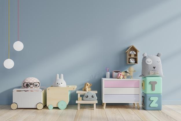 Brinquedos no quarto das crianças na parede azul.