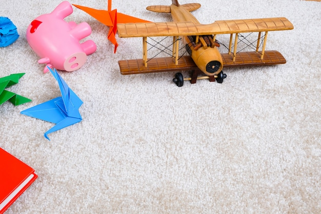 Brinquedos no tapete