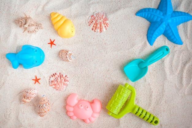 Brinquedos para brincar com areia. vista de cima