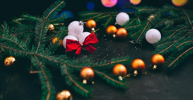 Brinquedos para decorar a árvore de natal em um fundo de bokeh com várias cores