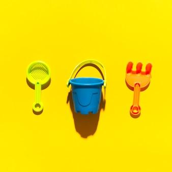 Brinquedos para sandbox na superfície brilhante