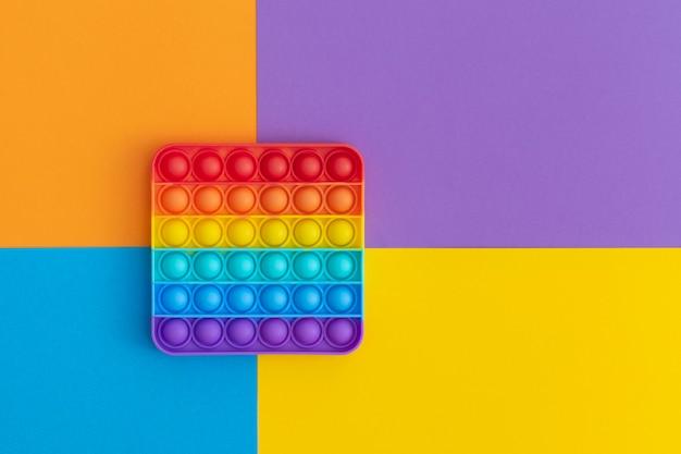 Brinquedos sensoriais anti-stress coloridos para crianças em fundo multicolorido