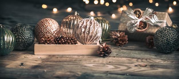 Brinquedos vintage de natal na mesa de madeira