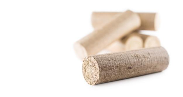 Briquetes de madeira prensados de biomassa em um fundo branco isolado