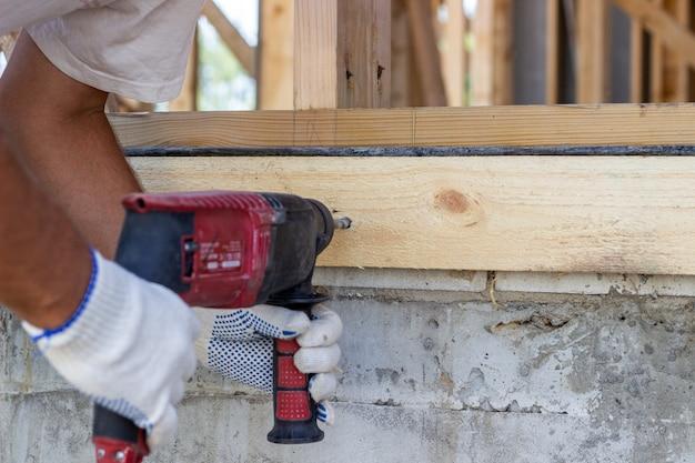 Broca de trabalho. construção de casas de madeira.