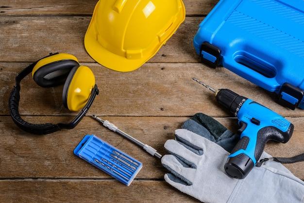 Broca e conjunto de broca, ferramentas, carpinteiro e segurança, equipamentos de proteção