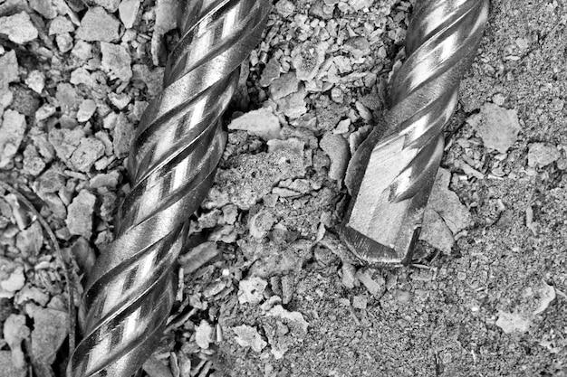 Brocas industriais em concreto rachado. vista de perto