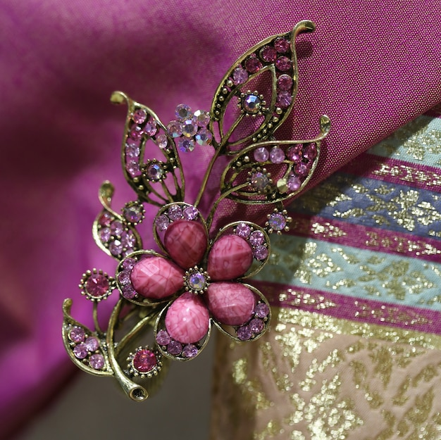 Broche de gemas em tecido de seda tailandesa