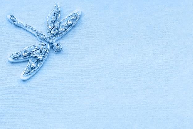 Broche de libélula de strass e miçangas em tecido azul
