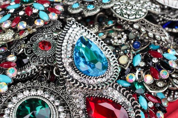Broches decorados com fundo de pedras preciosas