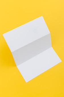 Brochura com três dobras na mesa