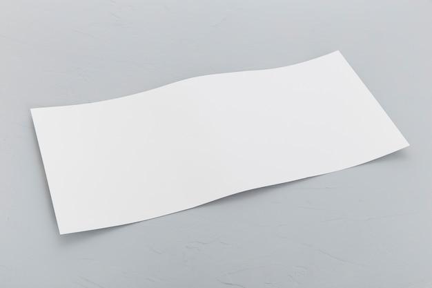 Brochura de retângulo de alto ângulo na mesa