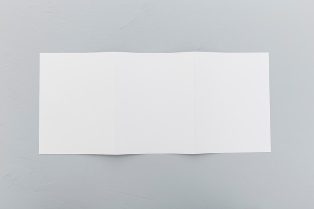 Brochura de retângulo de vista superior na mesa