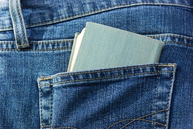 Brochura no bolso de trás da calça jeans
