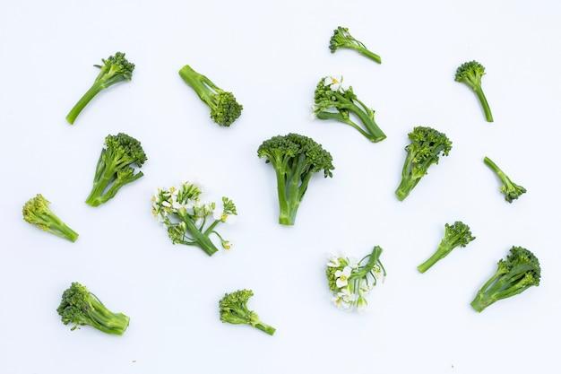 Brócolis bebê verde com flor de couve chinesa na superfície branca