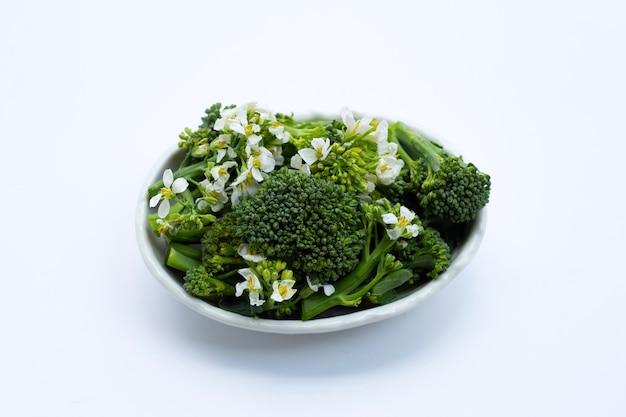 Brócolis bebê verde com flor de couve chinesa.