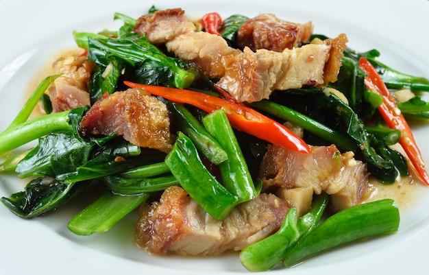 Brócolis chinês frito com carne de porco crocante