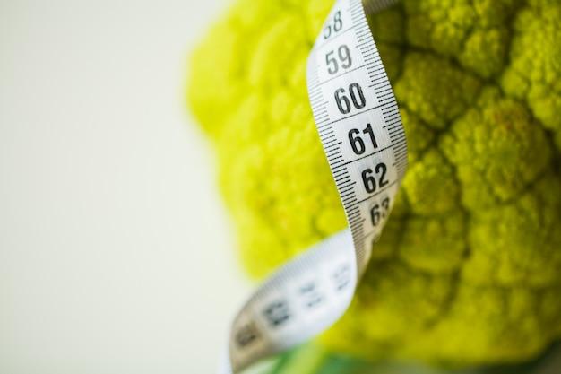 Brócolis com a fita métrica