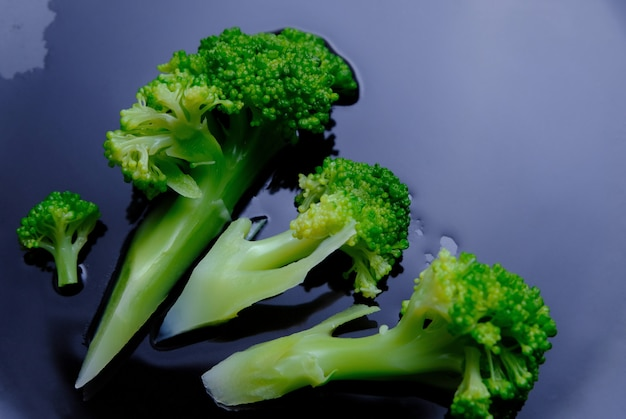 Brócolis cozido em chapa preta