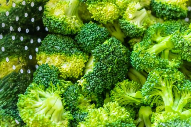 Brócolis cru fresco em uma tigela