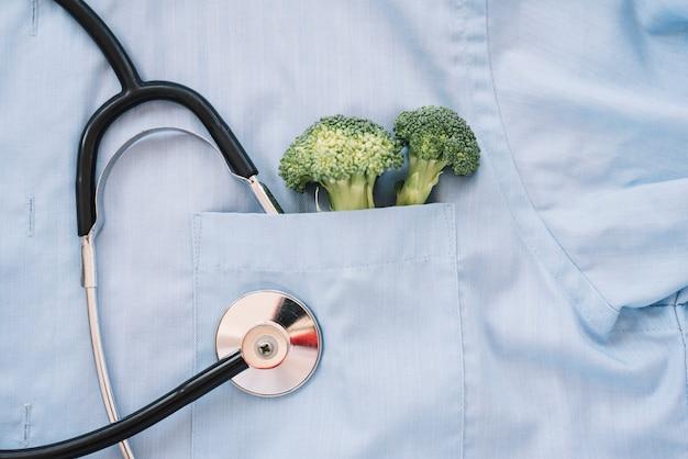 Brócolis dentro do bolso de um médico
