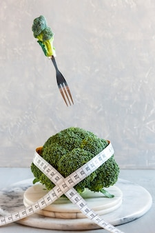 Brócolis e centímetro. fresh egetable, conceito para perda de peso, dieta, dieta cetogênica, jejum intermitente