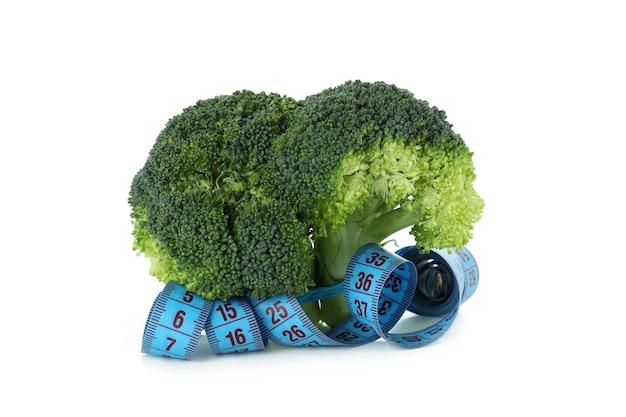 Brócolis e fita métrica isolados no fundo branco
