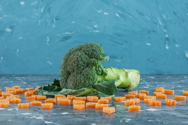 Brócolis e macarrão polvilhado, no fundo de mármore.