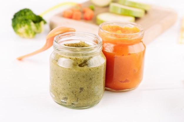 Brócolis e purê de vegetais de abóbora em potes