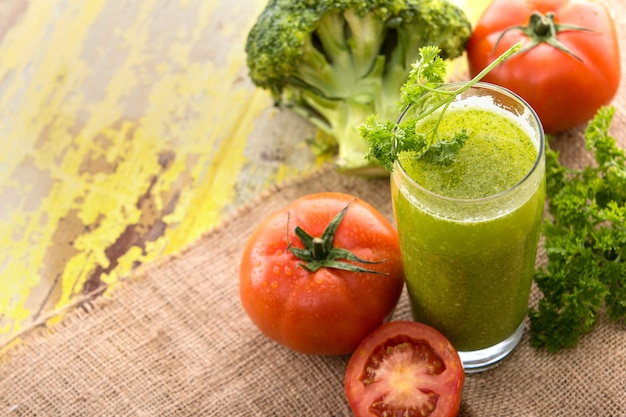 Brócolis e suco de tomate