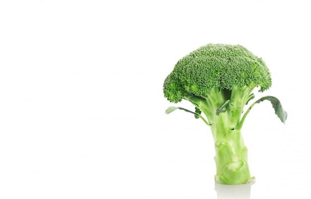 Brócolis em um fundo branco