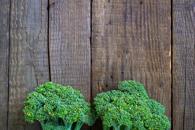 Brócolis em um fundo de mesa de madeira