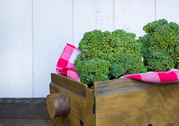 Brócolis em uma caixa de madeira