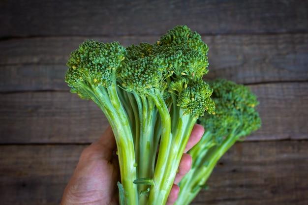 Brócolis em uma mesa de madeira