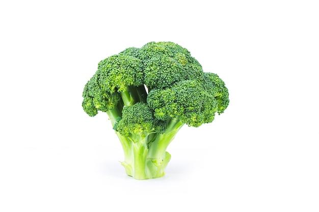 Brócolis fresco delicioso, isolado no branco