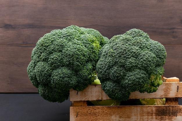 Brócolis fresco em caixa de madeira